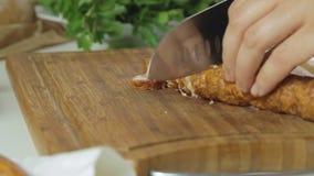 Cucinando e tagliando salsiccia archivi video