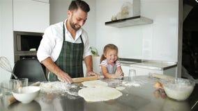 cucinando famiglia felice insieme Giovane cottura della figlia di Is Helping Her del padre stock footage