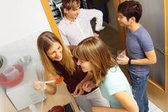 cucinando gli amici insieme Fotografia Stock
