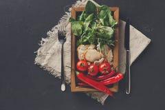 Cucinando gli ingredienti in scatola di legno su fondo scuro, la vista superiore, copia lo spazio Immagine Stock Libera da Diritti