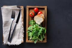 Cucinando gli ingredienti in scatola di legno su fondo scuro, la vista superiore, copia lo spazio Immagini Stock Libere da Diritti