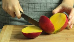 Cucinando il dolce e taglio del cr?pe di oreo della frutta esotica del mango video d archivio