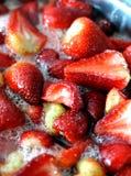 Cucinando le conserve della frutta - fragole Fotografia Stock Libera da Diritti
