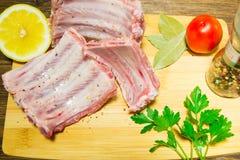 Cucinando le costole succulenti a casa nella cucina Haute cuisine a casa alimento cascer durante le feste fotografia stock libera da diritti