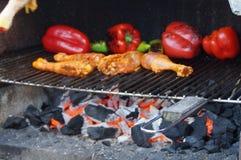 Cucinando nel barbecue - afferri la presa della vista di vista fuori, senza carattere e del giorno Fotografia Stock Libera da Diritti