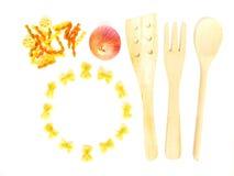 Cucinando pasta, con il blocco per grafici rotondo fotografie stock libere da diritti