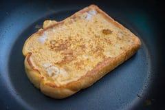 Cucinando per un pane tostato francese Immagini Stock