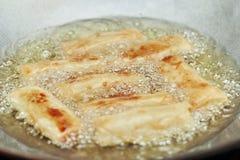 Cucinando, rotolo di molla fritto nel grasso bollente come un involucro di quattro strati ha fritto vermic Fotografie Stock Libere da Diritti