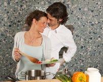 Cucinando sorride lui Fotografia Stock Libera da Diritti