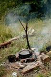 Cucinando su un fuoco Fotografia Stock