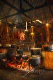 Cucinando su un fuoco aperto a casa fotografia stock