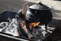 Cucinando su un fuoco aperto in Sudafrica Fotografie Stock