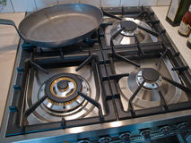 Cucinando su una stufa di gas Fotografie Stock Libere da Diritti