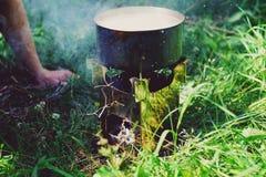 Cucinando su una stufa nel legno Fotografia Stock
