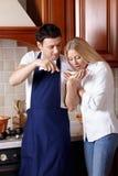 Cucinando sulla cucina Immagine Stock