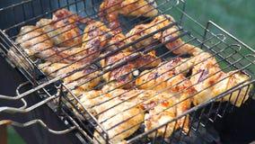 Cucinando sulla griglia del barbecue video d archivio