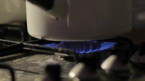 Cucinando sulla stufa stock footage