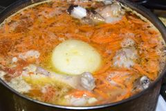 Cucinando in un lotto della pentola dell'anatra del montone del coniglio del tacchino della carne cruda con Fotografie Stock Libere da Diritti