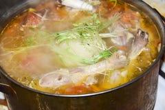 Cucinando in un lotto della pentola dell'anatra del montone del coniglio del tacchino della carne cruda con Immagini Stock
