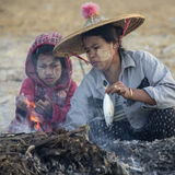 Cucinando un pesce - spiaggia di Ngapali - il Myanmar Fotografia Stock
