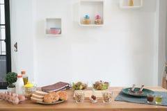 Cucinando, verdure culinarie e concetto dell'alimento sulla tavola di legno Fotografia Stock