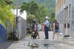 Cucini gli ospiti di istruzione dell'ufficiale di polizia di Islander sulle circostanze e immagini stock libere da diritti