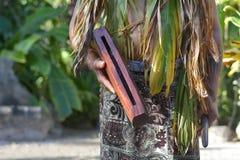 Cucini i giochi dell'uomo di Islander su un instru di legno del tamburo del bastone del piccolo patè immagini stock libere da diritti