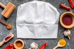 Cucini il posto di lavoro con gli strumenti della cucina e la vista superiore del fondo grigio del peperone dolce Immagini Stock