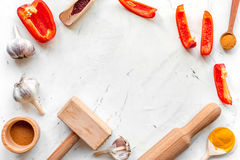 Cucini il posto di lavoro con gli strumenti della cucina ed il modello bianco di vista superiore del fondo dell'aglio Fotografia Stock Libera da Diritti