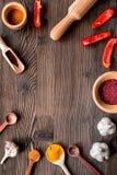 Cucini il posto di lavoro con gli strumenti della cucina ed il modello di legno di vista superiore del fondo del matterello Immagine Stock Libera da Diritti
