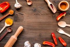 Cucini il posto di lavoro con gli strumenti della cucina ed il modello di legno di vista superiore del fondo del matterello Fotografie Stock
