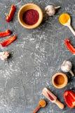 Cucini il posto di lavoro con gli strumenti della cucina ed il modello grigio di vista superiore del fondo dell'aglio Immagine Stock Libera da Diritti