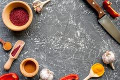 Cucini il posto di lavoro con gli strumenti della cucina ed il modello grigio di vista superiore del fondo dell'aglio Immagini Stock Libere da Diritti
