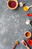 Cucini il posto di lavoro con gli strumenti della cucina ed il modello grigio di vista superiore del fondo dell'aglio Fotografie Stock