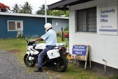 Cucini l'ufficiale di polizia stradale di Islands su una motocicletta a Rarotonga Fotografia Stock