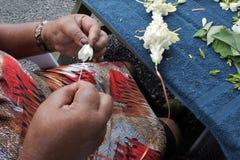 Cucini la donna matura di Islander leu di cucito Rarot dei fiori di un frangipane immagini stock libere da diritti