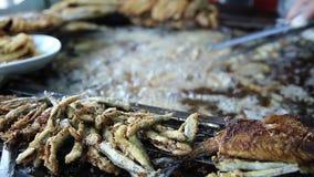 Cucini la frittura del pesce fresco su una grande pentola alla stalla a Costantinopoli Turchia stock footage