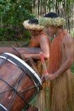 Cucini la musica dei giochi degli uomini di Islander sull'grandi tamburi di legno in Raroton fotografia stock libera da diritti