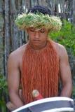 Cucini la musica dei giochi dell'uomo di Islander su un grande strumento del tamburo in Raro fotografia stock