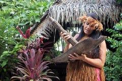 Cucini le piante e le erbe di passata della donna di Islander per medicina di erbe fotografia stock libera da diritti