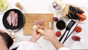 Cucini salare un pezzo di carne suina cruda video d archivio
