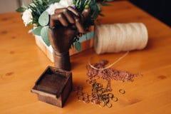 Cucito, anelli del metallo e mano di legno sulla tavola Immagine Stock Libera da Diritti