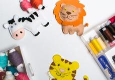 cucito Corredi di cucito con il filo colorato ed i giocattoli molli fatti a mano Fotografie Stock Libere da Diritti
