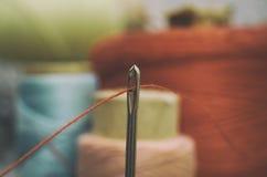 Cucito del filo e dell'ago fotografie stock libere da diritti