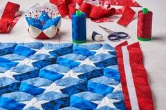 Cucito della trapunta con gli elementi stilizzati della bandiera americana immagini stock libere da diritti