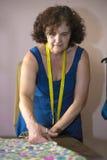 Cucitrice che lavora per l'adattamento fotografia stock libera da diritti