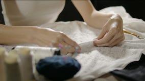 Cucitrice che prepara dal perno di pugnalate su tessuto per cucire archivi video