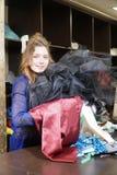 Cucitrice, costumista o venditore tenenti un mazzo di vestiti Ritratto della donna in studio Immagini Stock