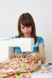 Cucitrice della ragazza e macchina per cucire Immagine Stock