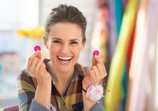 Cucitrice felice che mostra i bottoni fotografia stock libera da diritti